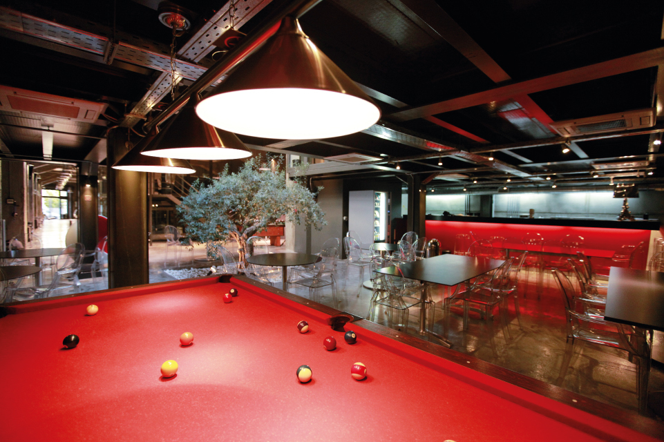 CAFE & POOL TABLE
